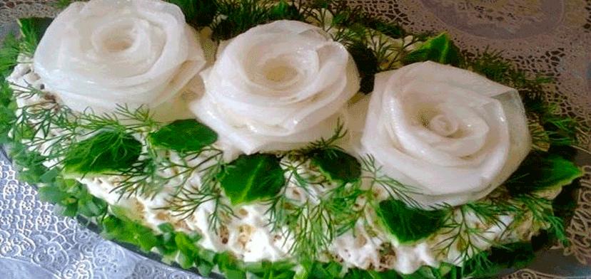 Очень вкусный салат «Три белых розы» с курицей и черносливом