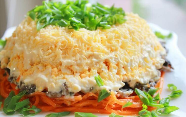 Оригинальный салат с курицей и шампиньонами
