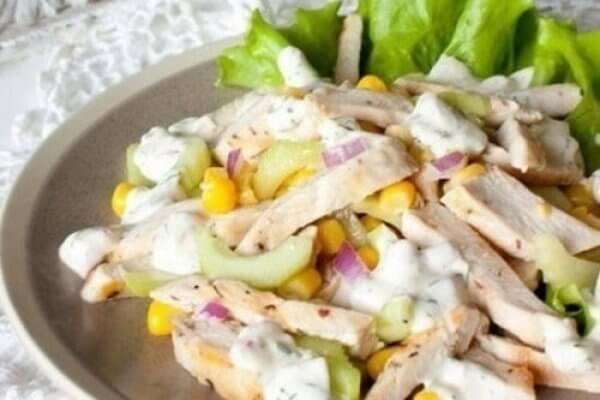 Потрясающий легкий салат с курицей, огурцом и кукурузой