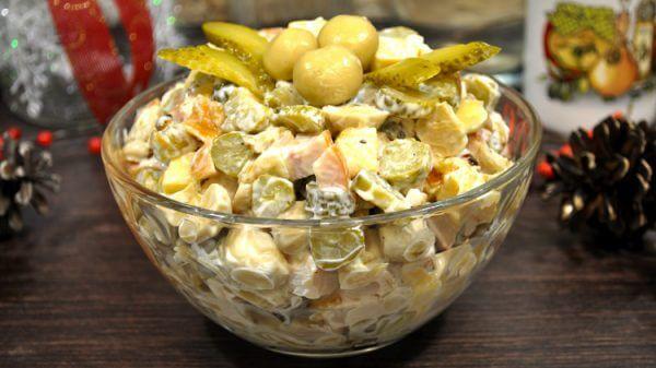 Праздничный салат из копченой куриной грудки