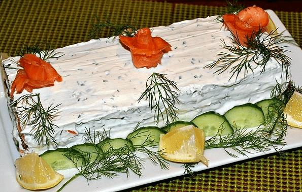 Простой и быстрый торт закусочный с копченым лососем