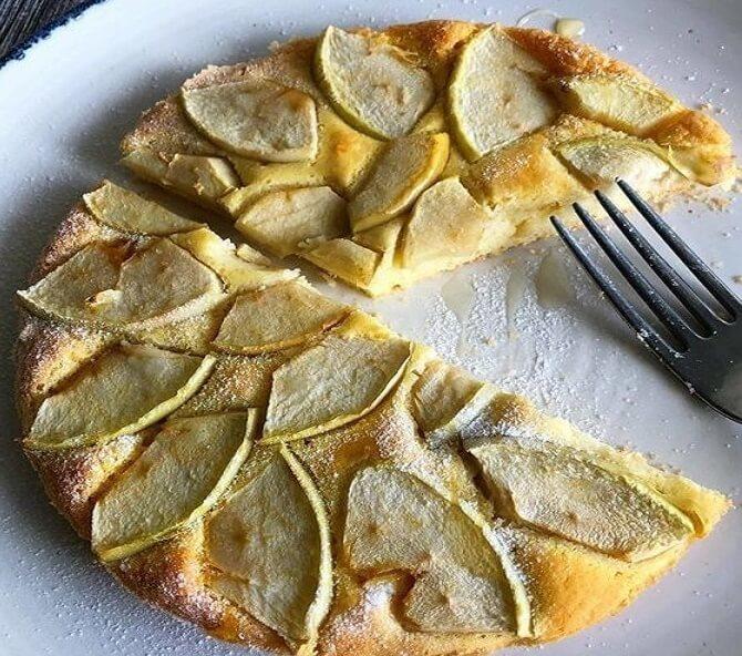 Простой яблочный пирог из минимального количества продуктов