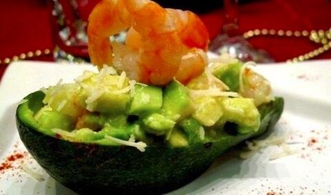 Простой рецепт легкого салата с авокадо и креветками