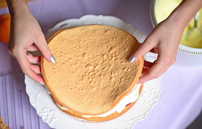 Бисквиты отличаются легкостью в приготовлении, однако их очень важно хорошо пропитать, чтобы результат не получился сухим.