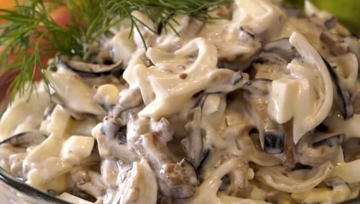 Рецепт вкусного салата из баклажанов, маринованного лука и яиц