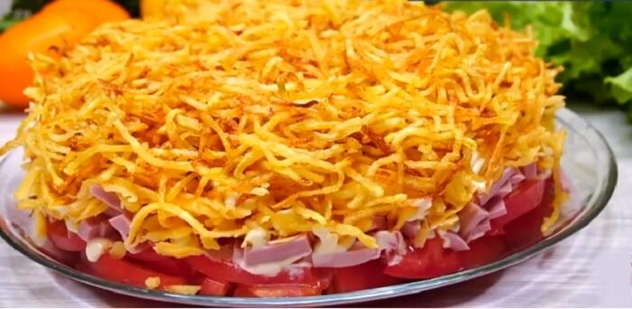 Салат «Блондинка» с картошкой, колбасой и помидорами