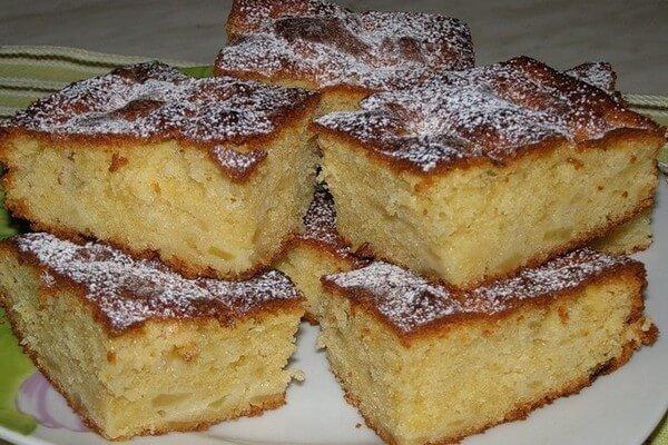 Сладкий пирог на скорую руку с яблоками и изюмом: пошаговый рецепт