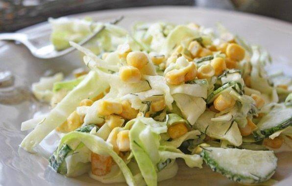 Сочный салат с курицей, огурцами и капустой