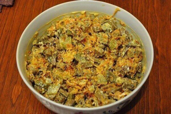Сытный салат с куриной печенью и морковью