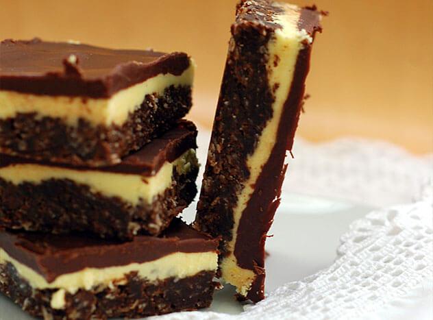 Торт из шоколадного печенья без выпечки с миндалем