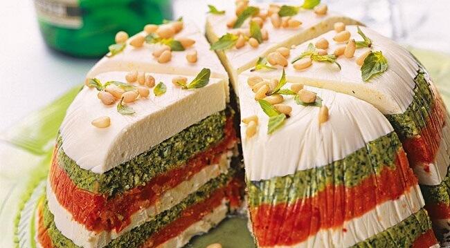 Торт из вяленых томатов и песто