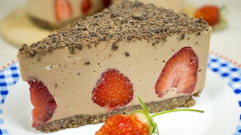 Воздушный муссовый торт с клубникой: без выпечки