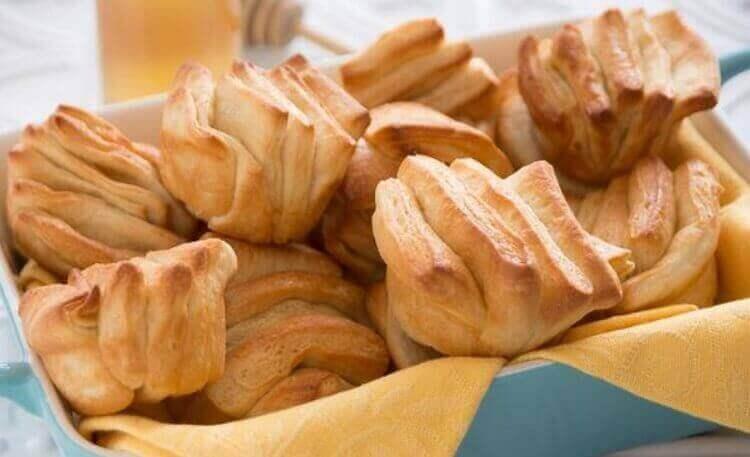 Аппетитные слоистые булочки на сливочном масле