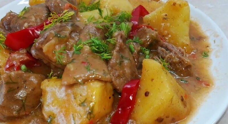 Аппетитный гуляш с мягким мясом и густым соусом