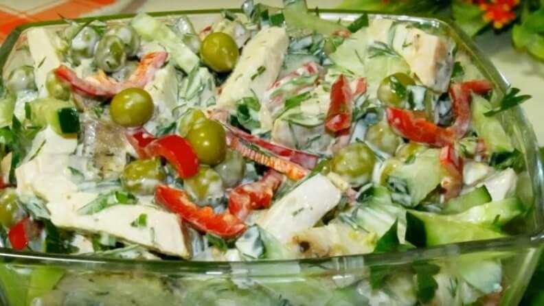 Ароматный салат с куриным филе
