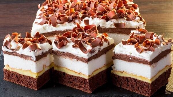 Бисквитное пирожное с кремом и прослойкой безе