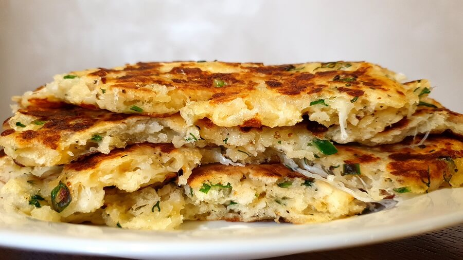 Быстрые лепешки на кефире с сыром и зеленым луком