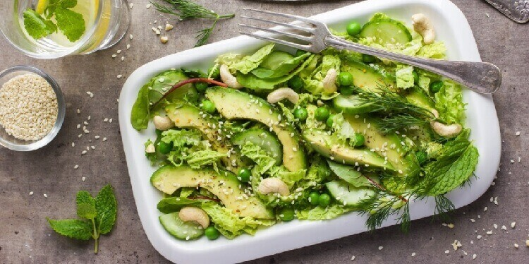 Быстрый и питательный салат с пекинской капустой и авокадо
