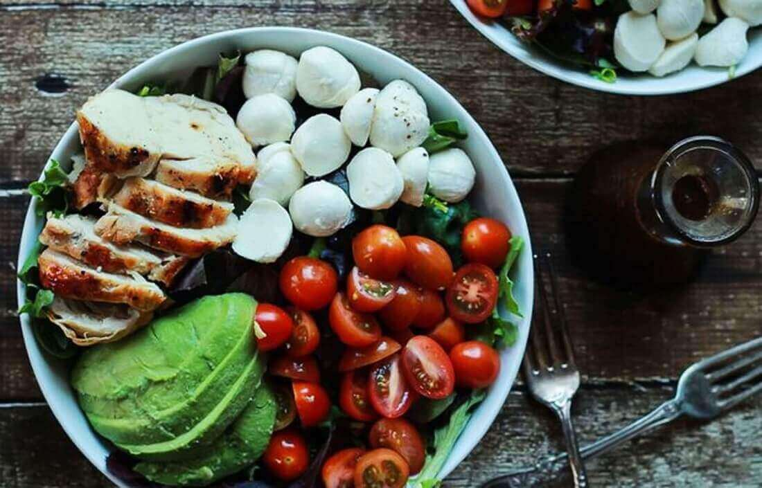 Быстрый салат капрезе с курицей и авокадо