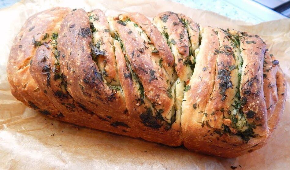 Домашний хлеб с чесноком и зеленью