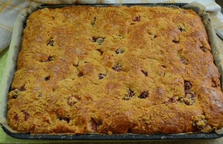 Домашний песочный пирог с яблоками и вишней