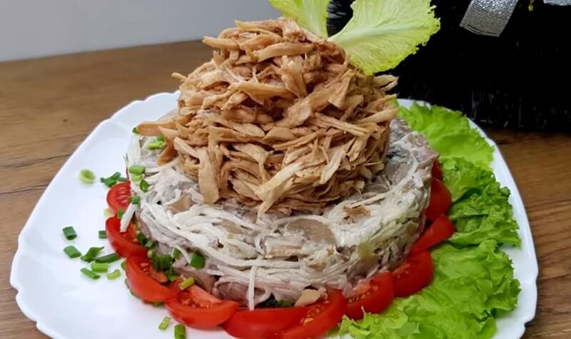 Интересный салат с редисом и куриным мясом, шампиньонами