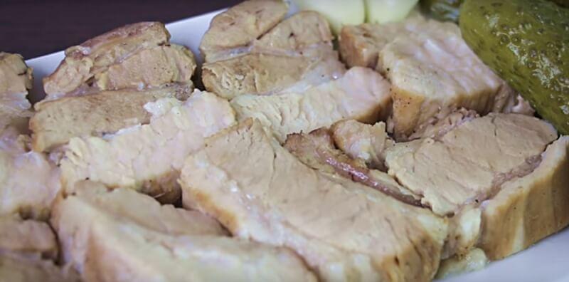 Как приготовить нежную свиную грудинку в яблоках
