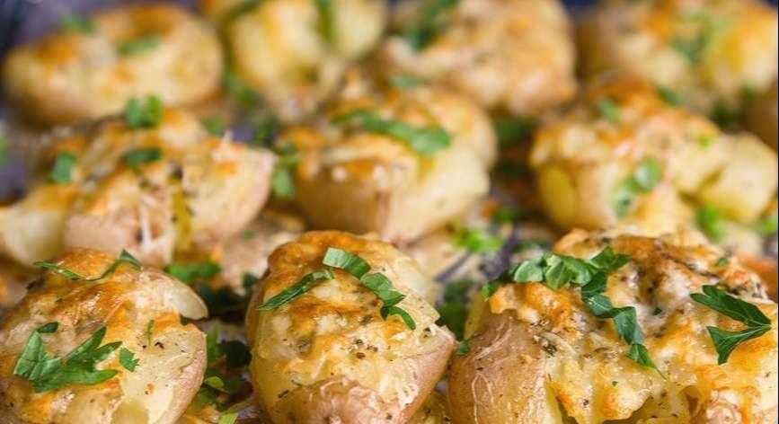 Картофель в духовке под сыром с чесночным маслом
