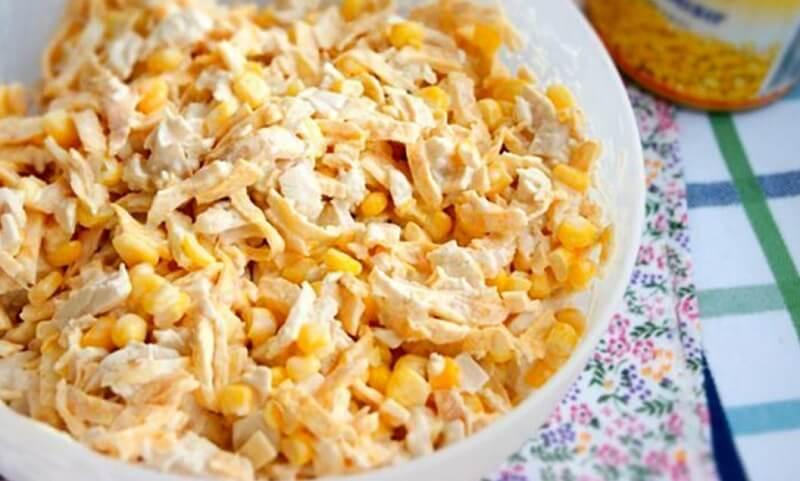 Лёгкий в приготовлении сытный салат с курицей и яичными блинчиками