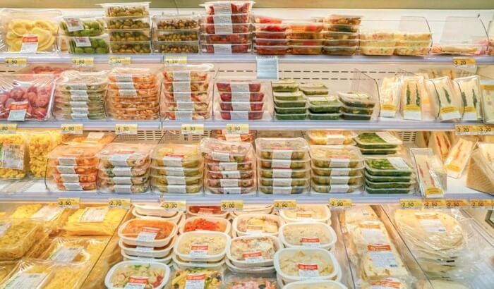Медики назвали продукты, которые следует немедленно выбросить из холодильника