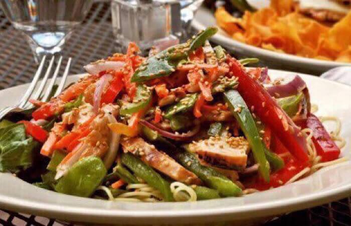 Салат с куриной грудкой и соевым соусом