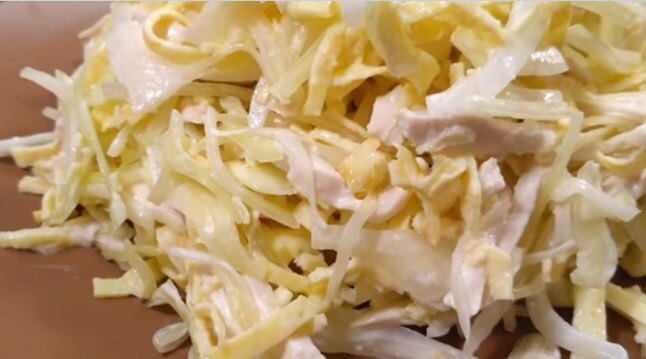 Невероятно вкусный салат с курицей и яичными блинчиками