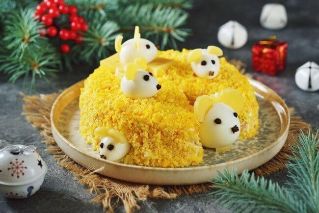 Новогодние блюда 2020: рецепт салата «Мышки в сыре»