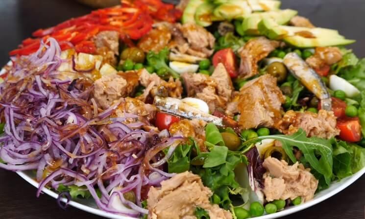 Новогодний салат 2020: необычный теплый салат с тунцом и болгарским перцем!