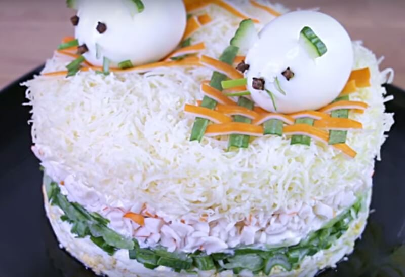 Новогодний салат «Мышки на плотах»
