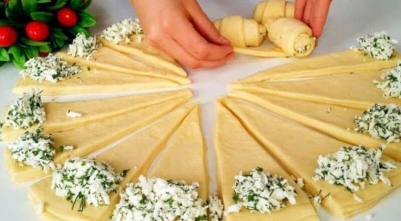 Оригинальный рецепт соленых рогаликов с сырной начинкой