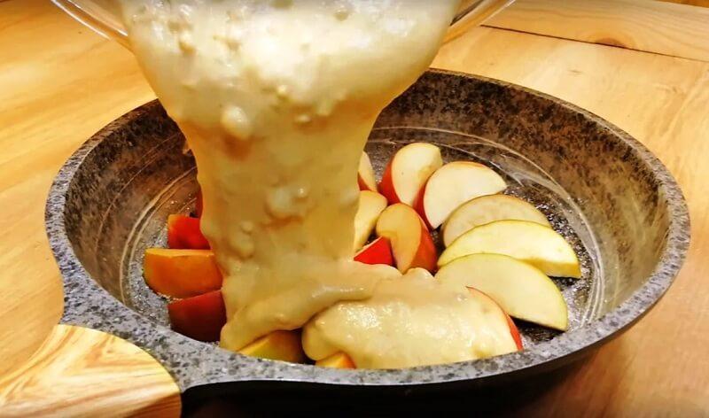 Пирог на сковороде с яблоками. Тесто готовится пару минут