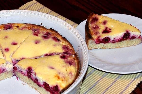 Пирог с малиной и сметанным суфле