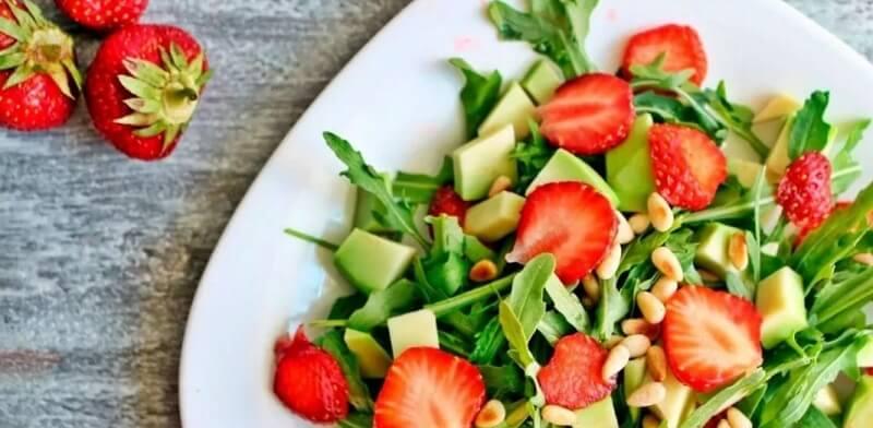 Потрясающе вкусный и ароматный салат с авокадо и клубникой