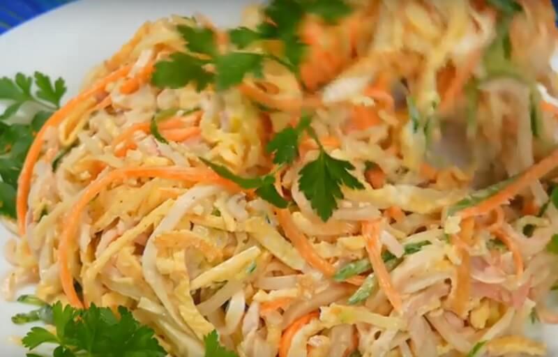 Потрясающий салат с кальмарами и яичными блинчиками