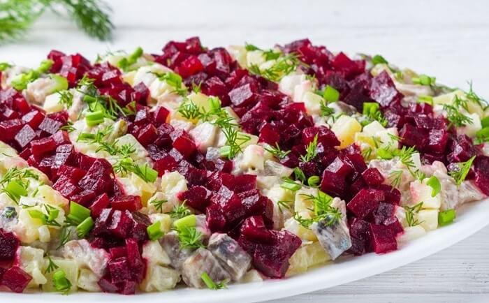 Простой и бюджетный салат с селедкой