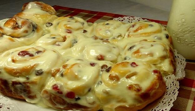 Простой рецепт булочек с изюмом и сливочной заливкой