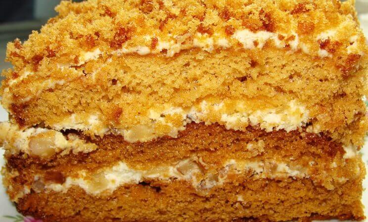 Простой рецепт медового торта с кремом и бананами