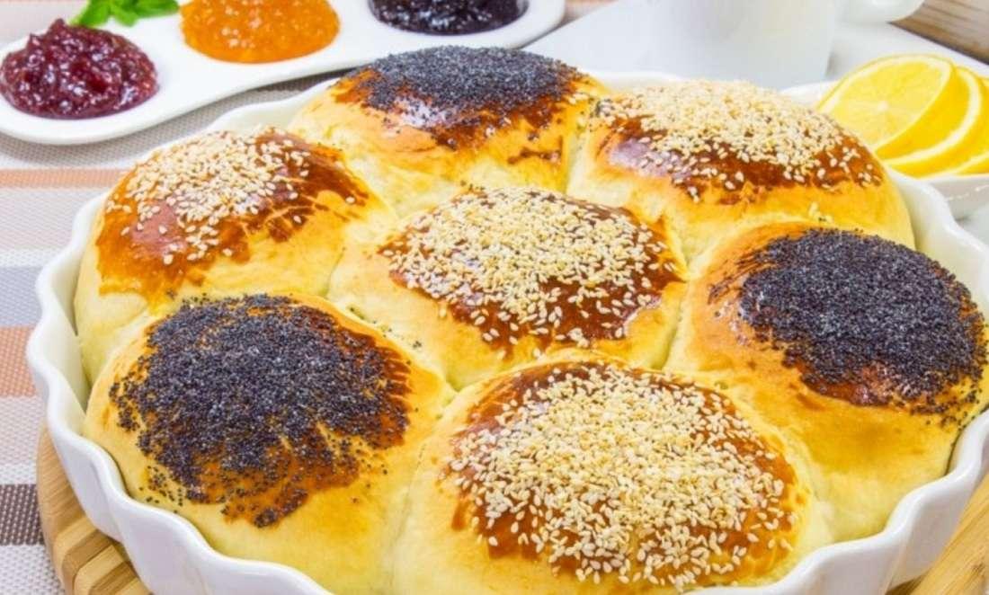 Пышные булочки «Ромашка» с маком и кунжутом