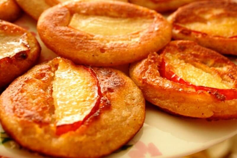 Пышные и вкусные оладушки с яблоками