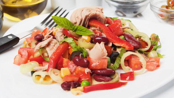 Рецепт дня: салат с тунцом, фасолью и овощами