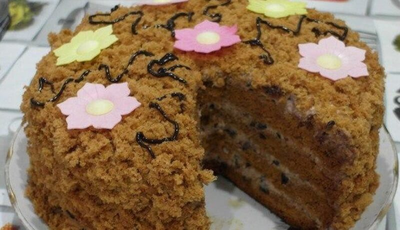 Рецепт медового торта с черносливом и орехами
