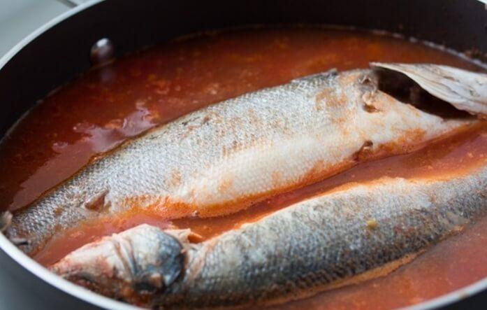 Рыба в томатном соусе с луком и морковью