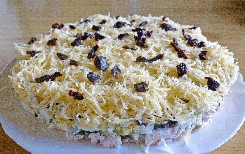 Вкусный салат «Дамский каприз» с курицей и черносливом