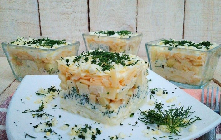 Салат «Французский» из яиц, с яблоками, луком и сыром